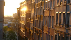 Reflets (Citadaim) Tags: soleil rue contrejour matin fentres immeubles