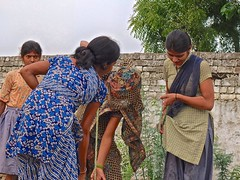 Looking for water. (TresMariasinPie) Tags: india water women wasser fuji pics picture pic indien frauengruppe lookingforwater fujifilmx10