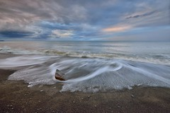 Silky waves, Fangshan coast (Vincent_Ting) Tags: 枋山 枋山鄉 墾丁國家公園 海浪 海岸 屏東縣 台灣 taiwan sunset waves sky water milky silky light rocks seascape 夕陽 夕照 clouds 雲彩 sea coast 岩石 沙灘 beach crepuscularrays vincentting
