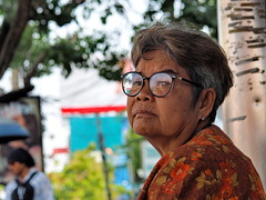 Bangkok - Waiting woman (sharko333) Tags: travel reise voyage asia asien asie thailand bangkok krungthepmahanakhon กรุงเทพฯ street portrait woman glasses olympus em1