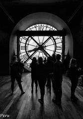 Atrapados por el tiempo- (Perurena) Tags: sala room reloj clock gente personas people blancoynegro blackandwhite bw museo museumartemoderno centropompidou parís francia