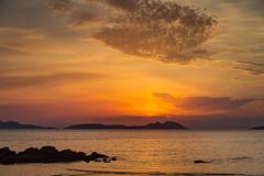 Playa de Samil. Atardecer. (HDR) (dfvergara) Tags: vigo galicia españa atardecer hdr samil playadesamil playa agua mar puestadesol anochecer azul naranja rocas islas cies islascies cabohome ria riadevigo nwn