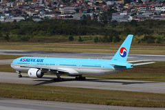 Korean Air | Boeing 777-300ER @ GRU (Aidan Formigoni) Tags: brazil brasil plane canon airplane rebel airport sopaulo aircraft aviation aeroporto korean boeing avio 777 spotting aviao guarulhos gru 773 koreanair 777300 t4i sbgr canont4i