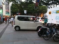 es una caja de zapatos, en Japón hay mucho de estos. El diseñador de autos es un hdp! Jeje