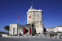 La Rochelle, tour St-Nicolas (Ytierny) Tags: france horizontal port tour larochelle fortification militaire entre drapeau dfense stnicolas littoral ancre chenal donjon et charentais charentemaritime avantport ytierny