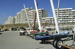 Hardelot, front de mer (Ytierny) Tags: france sport horizontal architecture moderne promenade manche immeuble hardelot digue pasdecalais littoral loisir ctedopale charvoile frontdemer ytierny