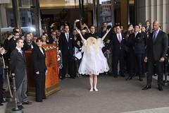 Είπε να αναχωρήσει από τη Γερμανία και να κάνει πάταγο. Και τα κατάφερε. Η Lady Gaga συγκεντρώνει πάνω της τα φλας των παπαράτσι κατά την έξοδό της από το ξενοδοχείο Ritz στο Βερολίνο (πηγή: Splash News/Corbis)