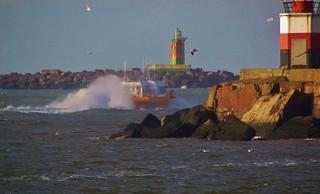 ..Loodsboot tussen de pieren bij IJmuiden ..