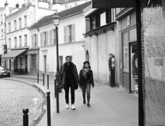 Descubriendo (no sabemos cómo llamarnos) Tags: streetphotography street strangers urban urbanphotography photoderue fotourbana fotocallejera pareja couple dos noiretblanc blancoynegro blackandwhite