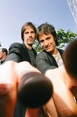 Walter SALLES and Gael Garcia BERNAL (Photographe Imageur) Tags: eyecontact pointing cannes côtedazur france
