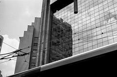 #2410 - reflexos no centro de sp (vintequatro10) Tags: streetphotography street streetphotographer streetphoto streetphography rua fotografiaderua fotografiadocumental film filmisnotdead filme analog analógica pb bw pretoebranco blackandwhite reflexo reflexos cidade prédio tower urban urbano urbanview cityscape arquitetura architecture hp5 ilfordhp5400 ilfordhp5