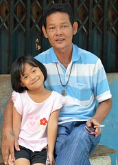 father and daughter (the foreign photographer - ฝรั่งถ่) Tags: father daughter cigarette seated khlong thanon portraits bangkhen bangkok thailand nikon d3200
