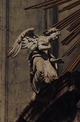 Diest, Vlaams-Brabant, St.-Sulpitiuskerk, noorder transept, altar, sedes sapientiæ (groenling) Tags: diest vlaamsbrabant brabant vlaanderen flanders belgium belgië be stsulpitiuskerk altar altaar olvvandiest sedessapientiæ saint mary maria madonna jesus wood hout carving woodcarving houtsnijwerk noorder transept dwarsbeuk