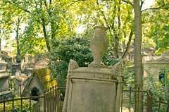 Au Pre Lachaise (Bee.girl) Tags: paris france cemetery prelachaise cimetire 75020 2013