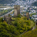 Burgruine Niederburg Kobern. Im Hintergrund die Ortschaft Kobern-Gondorf und die Mosel