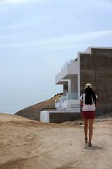 En busca de casa - Punta Negra (jimmynilton) Tags: punta negra chalet casa departamento caminata busqueda espalda mujer lima precipicio arena sony nex5n emount 1855mm