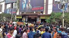 Valentines au cinoche (Fif') Tags: inde india bharat 2017 calcutta kolkata bengale bengal westbengal vasant panchami saraswati puja fête feast holy saintvalentin valentine bollywood cinema movie theater crowd foule