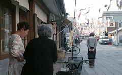 Chatting standing (odeleapple) Tags: nikon f5 af nikkor 50mm fujicolorsuperiapremium400 film chatting standing