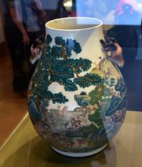 DSC_0492 (H Sinica) Tags: suzhoumuseum 蘇州博物館 suzhou 清 景德鎮 粉彩 百鹿 雙耳尊 vase fencai 蘇州 museum 光緒