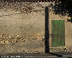 Electric shadow (Ivan van Nek) Tags: doorsandwindows door shadow shadows light greendoor metaldoor blajan village hautegaronne midipyrénées languedocroussillonmidipyrénées porte occitanie france frankrijk frankreich nikond7200 d7200 nikon deur schaduw pylon edf electriciteitspaal
