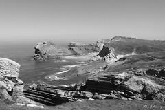 Boceto de playa (Vika Scrivener) Tags: playa acantilado paralelo mar blanco y negro arena