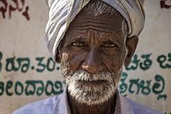 AIHOLE: PORTRAIT D'UN VIEIL HOMME (pierre.arnoldi) Tags: inde india aihole karnataka piu portraitdhomme photoderue photooriginale