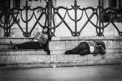 Amico, ti si vede la Panza (Cristiano Drago) Tags: cristianodrago canon 650d biancoenero blackwhite blackandwhite white bianco grigio grey palermo barboni clochard piazza square politeama politeamapalermo palermopoliteama politeamassquare italia italy romeni amici amico friends friend frienship amicizia colleghi partner ilgattoelavolpe panza pancia belly pancianuda nakedbelly sleep sleeping dorme dormiente dormire ilobsterit nationalgeographic sicilia sicily