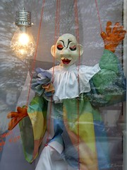 Harlekin (Ellenore56) Tags: 20042017 harlekin clown marionette glühbirne fenster window windows fensterscheibe bulb harlequin buffoon cutup stringpuppet puppet pane windowpane windowglass fantasie fancy fantasia fantasy phantasie puppe detail moment augenblick sichtweise perception perspektive perspective reflektion reflection reflexion farbe color colour licht light inspiration imagination faszination magic magical panasonicdmctz61 ellenore56 gefangen captive captured capture catch hinterglas gläsern vitreous glassy glass glasscovered gedanken mind thought idea pensée cogitation soucier lumière photogène illumination illuminated illuminate