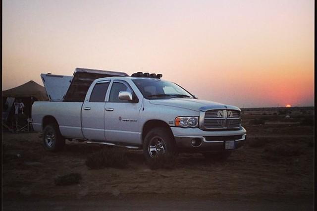 sunset aluminum desert pickuptruck dodge l hd ram polished diamondback diamondplate whitetruck tonneaucover truckbedcover dr02 twopanelsopen driversideheadlightview wholetruck heavydutytruckbedcover