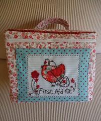 Frasqueira (Passamanaria) Tags: embroidery patchwork poemas passarinhos necessaire passamanaria frasqueira portatudo farmacinha portamedicamentos