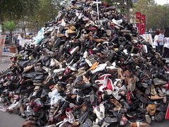 PYRAMIDE COTE OPERA (marsupilami92) Tags: paris france frankreich shoes ledefrance sneakers baskets capitale 75 bastille handicapinternational chaussures pyramidedechaussures 12emearrondissement pyramidofshoes pyramidevonschuhen piramidedezapatos
