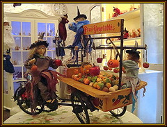 The Witch's Market (Pifou 2010 -) Tags: light france art halloween colors shop doll magasin puppet market witch couleurs lumiere boutique figurine march mougins poupe sorcire 2013 gerardbeaulieu pifou2010 vision:text=0668 thewitchsmarket cottagedelasorcire