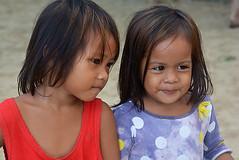 les copines Philipines _8344 (ichauvel) Tags: petitesfilles littlegirls sourires smiles portrait expression corongcorong palawan philippines asie asia asiedusudest southeastasia voyage travel exterieur outside enfance childhood