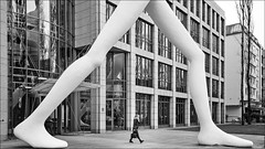 walking (Heinrich Plum) Tags: heinrichplum plum fuji xe2 xf1855mm walkingman jonathanborofsky münchen munich schwabing bayern bavaria streetphotography streetphotographie skulptur sculpture schwarzweiss blackwhite blackandwhite size grössenunterschied frau woman walkingwomen