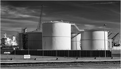 Opslagtanks Adm Europoort3 (Rens Timmermans) Tags: canon5dmk3 canon70200mmf28lisii industrie rijnmond blackwhite niksilverefexpro nationalgeographic
