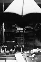 Nom d'une pipe (laetitia.delbreil) Tags: monochrome monocromo blancoynegro biancoenero noiretblanc blackandwhite bn nb bw film analogico análogo analogue argentique pellicule pellicola película kodak trix400 iso400 slr singlelensreflex outdoor naturallight bolagna italia fotografiadistrada fotografíacallejera street streetphotography photoderue danslarue jesuisargentique filmisback filmisnotdead 35mm believeinfilm pentacon praktica b200 prakticar50mm118 fixedfocallength ishootfilm ifeelfilm