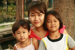 mother and daughters (the foreign photographer - ฝรั่งถ่) Tags: mother two daughters khlong thanon portraits bangkhen bangkok thailand canon kiss
