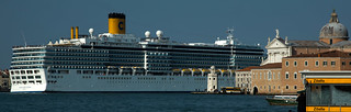 Naval meeting : cruise ship meets nave !