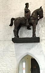 unknown rider (Églantine) Tags: sculpture bunrattycastle ireland irlande castle château enigmatic