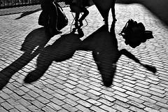 A l'ombre des musiciens (Kimoufli) Tags: musicien musique musician artist artiste street rue artistesderue streetartists ombre shadow lumière light noir black blanc white noiretblanc noirteblanc blackandwhite monochrome gand belgium nikon d5300 contrejour ville city urban urbain