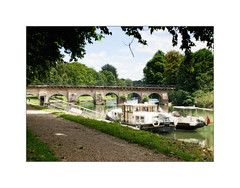 Escale (MOINELE) Tags: seine eau rivierre paysage ombres lumière arbres verdure bateau yvelines iledefrance pont