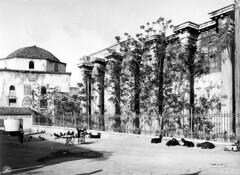 Κατσίκες ξαπλώνουν αμέριμνες μπροστά στην  Βιβλιοθήκη του Αδριανού και το Τζαμί Τζισταράκη. (Giannis Giannakitsas) Tags: αθηνα athens athenes athen greece grece griechenland 19th century 19οσ αιώνασ βιβλιοθηκη αδριανου τζαμι τζισταρακη