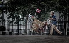 Bangkok Comedy 13 (Cyrsiam) Tags: thaiflag sansdomicile bangkokstreet bangkokhomeless drapeauthai