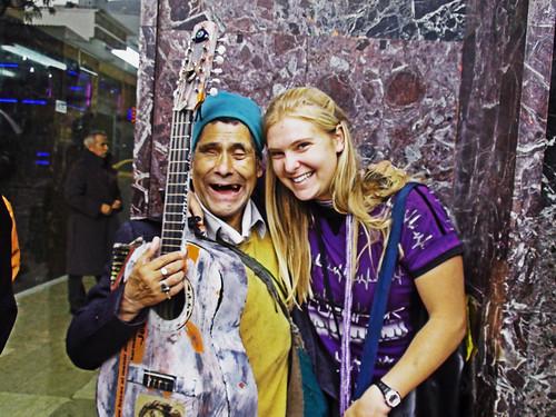 Elisabeth con un amigo de la calle