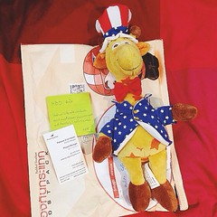 Thank you @pattaree for the giraffe. อะไรคือไม่มีการ์ดแล้วเขียนคำอวยพร 5 ข้อใส่ post it มาหนึ่งปึก? แล้วนามบัตรนี่คือใส่มาอวดตำแหน่งใช่ปะ? #ตกลงขอบคุณหรือด่า