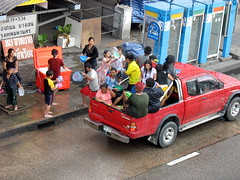 exchanging water (the foreign photographer - ฝรั่งถ่) Tags: pickup truck red loaded throwing water bus stop telephone booths phahoyolthin road bangkhen bangkok thailand canon