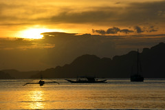sunset Palawan Philippines_8618 (ichauvel) Tags: coucherdesoleil sunset bateaux boats bangkas mer sea lumiére light couleurs colours goldentones ciel sky nuages clouds rochers rocks iles islands corongcorong elnido palawan philippines asie asia asiedusudest southeastasia voyage travel exterieur outside beautédelanature beautyofnature plage beach archipel des bacuits archipelago
