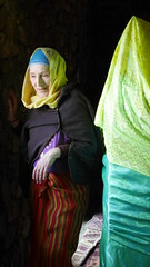 Visite (Tahia Hourria) Tags: nora aitaissa tahia hourria houria femme mujer woman voile4kabylie kabylie voilesourire noor nour lumière light fenetre jaune foudhar mausolée alger algérie algeria afrique algiers algériens montagne kabyle