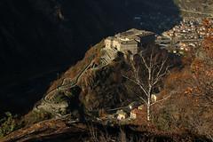 Val d'Aosta - Valle centrale: Donnas, prime luci sul Forte di Bard (mariagraziaschiapparelli) Tags: valdaosta donnas allegrisinasceosidiventa autunno montagna mountain camminata escursionismo peredrette