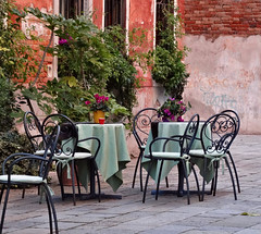 Petit coin tranquille (Jolivillage) Tags: tavola tavolo chaises chairs jolivillage ville city town città venise venezia venice veneto vénétie italie italy italia europe europa old picturesque geotagged sedie plantes rose pink rosa